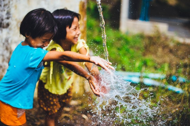children-playing-with-water_Visualhunt CC0
