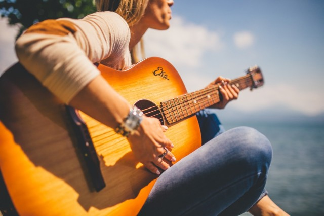 woman-guitar_Visualhunt CC0